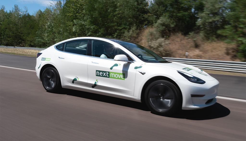 """Tesla 3 już do wynajęcia """"za miedzą""""."""